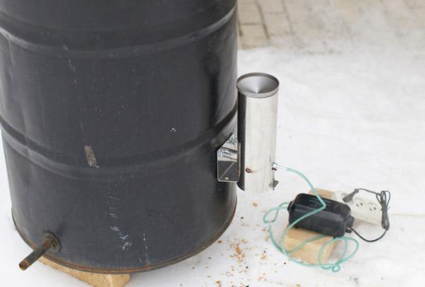 Крепление дымогенератора к коптильной камере